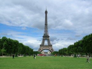 Le_Tour_Eiffel_from_Le_Champs_de_Mars