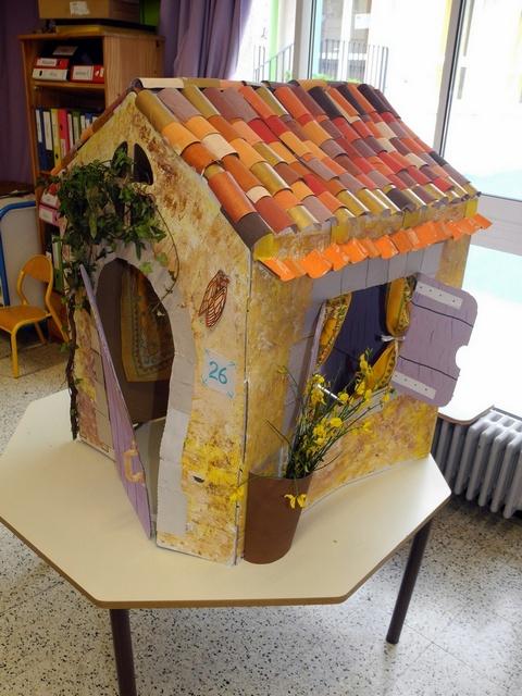 Jolie maison provençale en carton