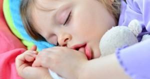 Bebe suce son pouce avec doudou